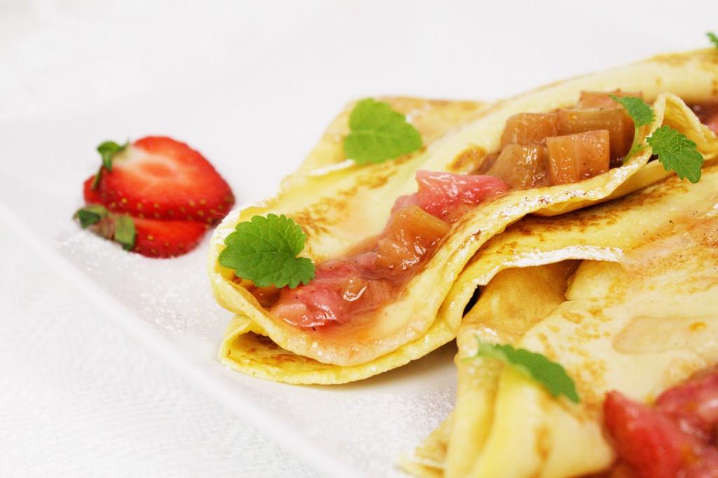 pancakes rhubarb compote strawberries pannkakor kompott pannekaker delliedelicious