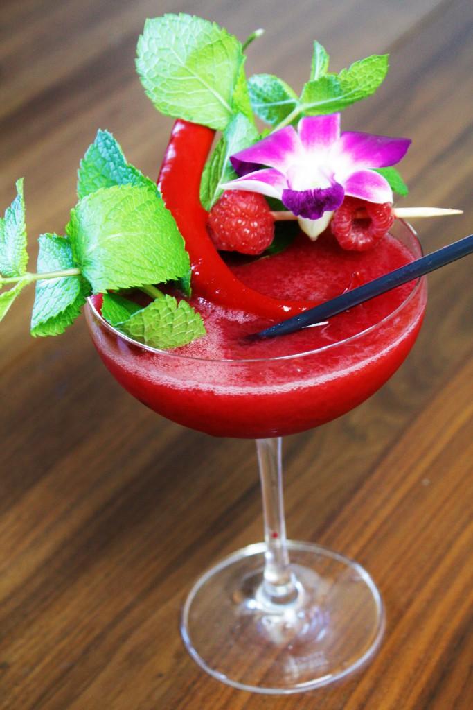 tiki drink surf samba summer cocktail raspberry chili delliedeliciuos hallon rum rom