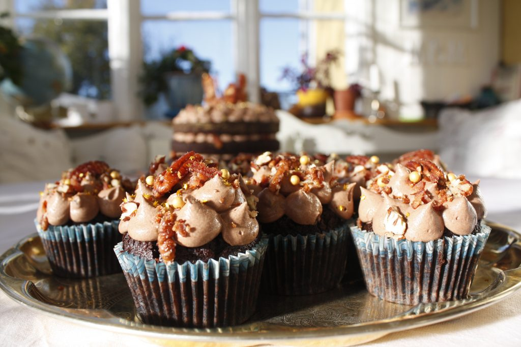 chocolate and stout cupcakes with crispy bacon delliedelicious